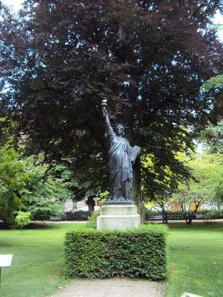 Статуя Свободы в Париже