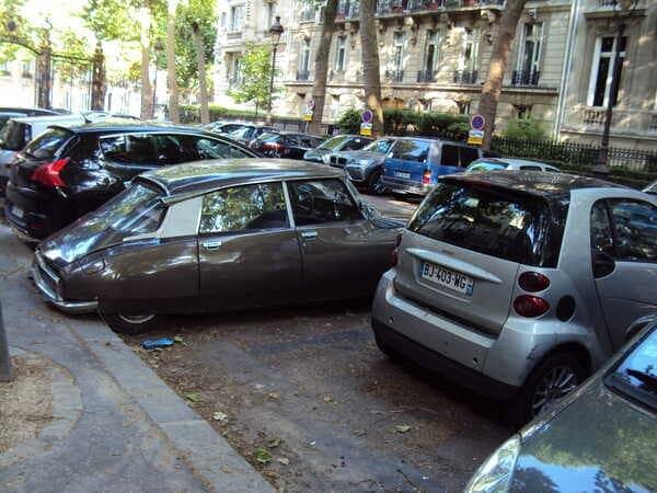 старая машина в Париже
