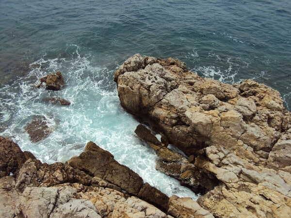 Камни у берега в Ницце