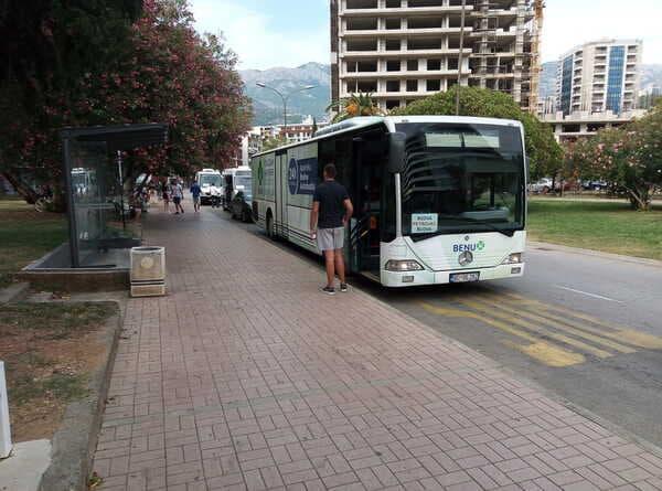 Автобус в Будве